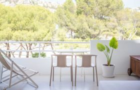 Magnificent Renovated Apartment Frontline to the Sea